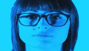 Minimolocale è uno spazio abitato da una giovane donna.La scena è proiettata mediante un'occhio digitale che ha la sola funzione semantica per la coesistenza fra lo spazio plastico abitato e la luce primordiale che genera la vita dentro l'abitazione.